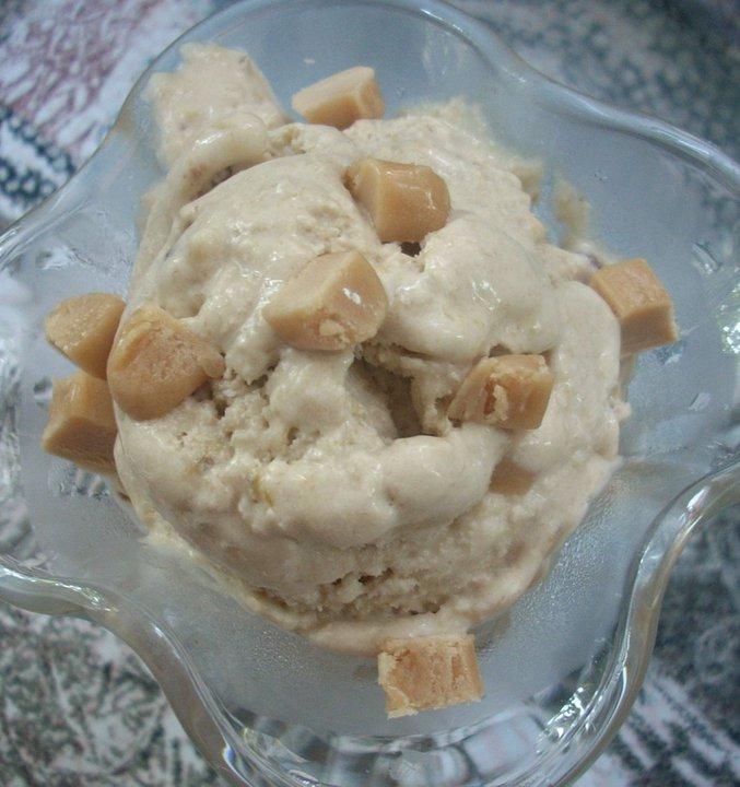 Бананово карамелен сладолед с шоколадови парченца