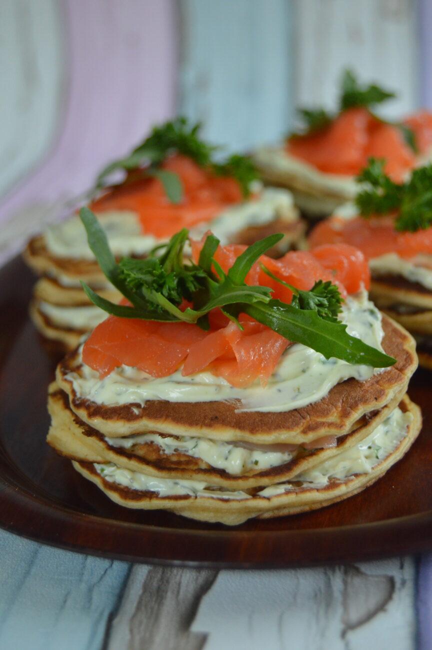 Солени палачинкови тортички със сьомга